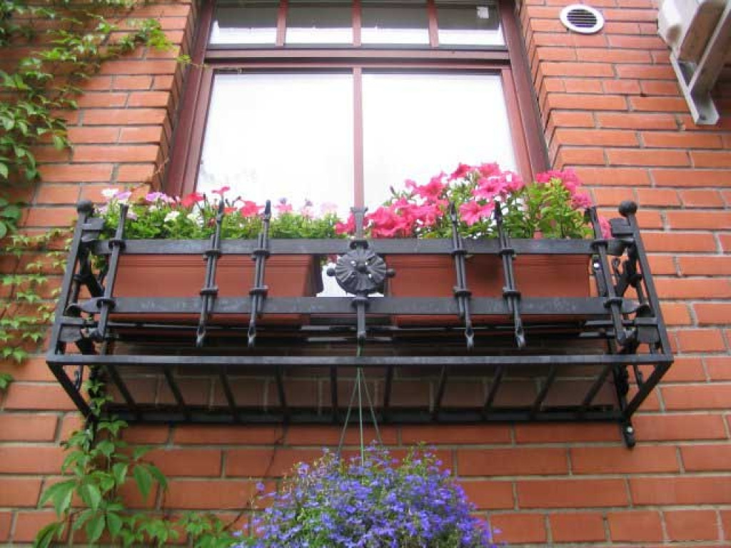 Крепления под цветы на балконе и окне.